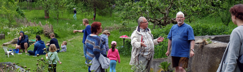 viele Gäste im Kulturgarten am Tag der offenen Gärten